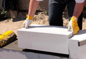 Укладка газосиликатных блоков на ленточный фундамент