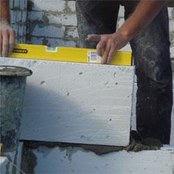 Укладка блоков газосиликата - строительство перегородки в доме