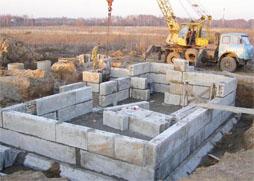 Строительство фундамента дома из бетонныйх блоков
