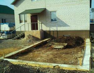 Фундамент для будущей пристройке загородного дома
